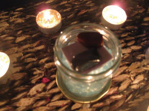 Meter en el botecillo el papel de peticion y las piedras de las Diosas