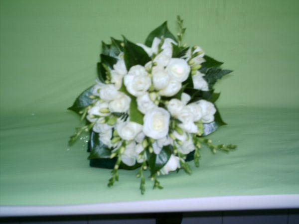 ramo de rosas blancas, fresias y hojas de camelia