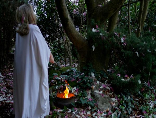 La meiga Rosa Maria Alonso en nuestro bosque, recordando la tradiciónde Beltane heredada de nuestros ancestos