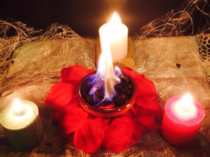 Triangulo de velas, rosas rojas y hierbas para el solsticio de verano