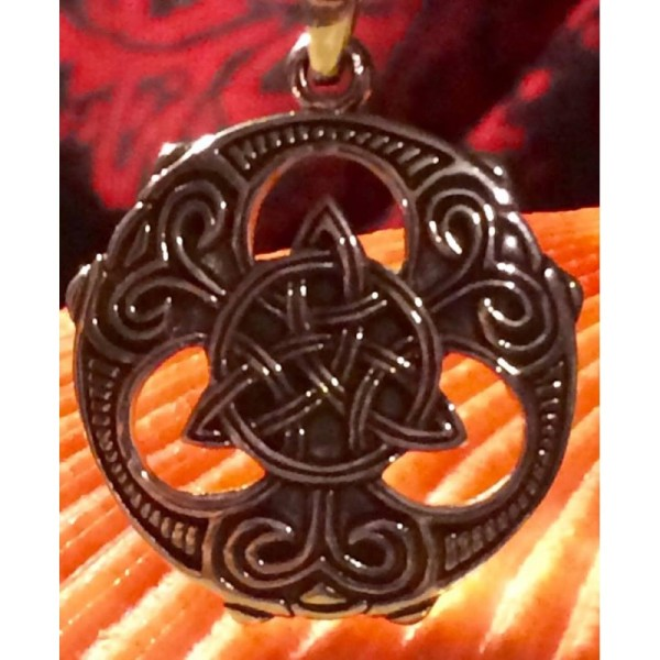 1098-poderoso-amuleto-triskel-de-las-brujas